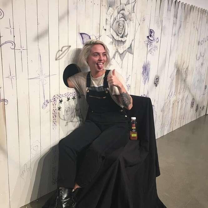 Pessoas colocam seus braços em buraco e ganham tatuagem surpresa