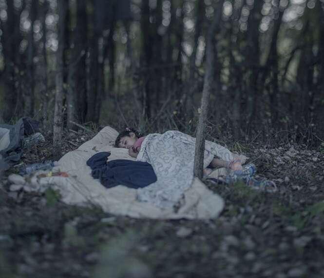 Série de imagens documentando como dormem crianças refugiadas