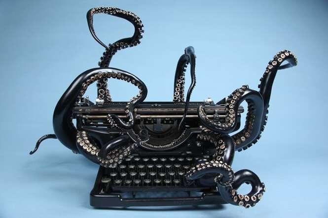 Homem transformar máquina de escrever em polvo