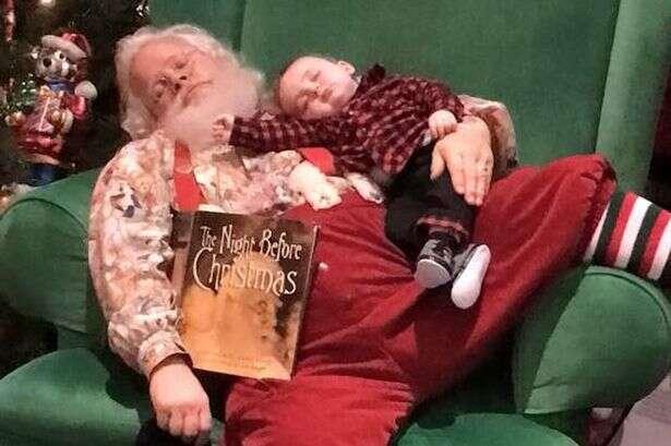 Bebê dorme na fila para conhecer Papai Noel, mas consegue foto incrível