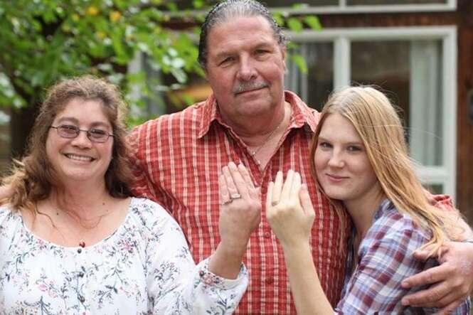 Homem casado, de 60 anos, se casa com namorada grávida, de 19.
