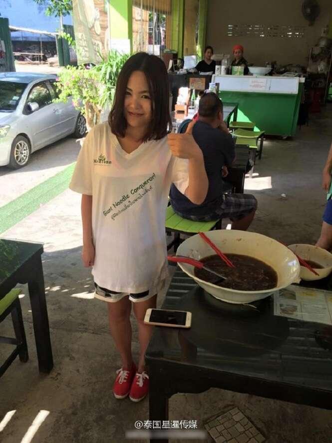 Chinesa quebra recorde e come 1,6 Kg de macarrão em meia hora