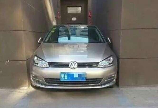 Mulher motorista mostra talento ao estacionar carro em seu prédio