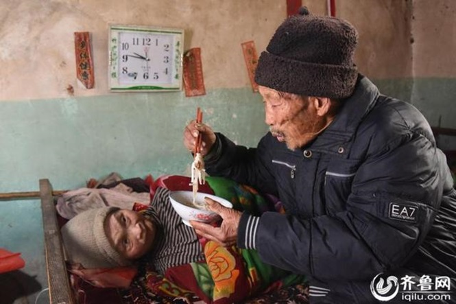 Idoso passa 56 anos cuidando da esposa que ficou paralisada somente 5 meses depois do casamento