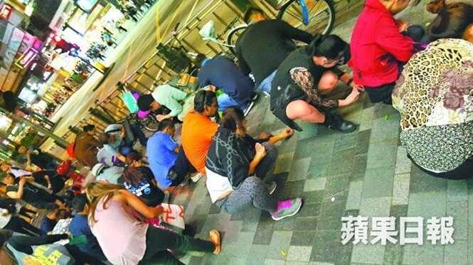 Dezenas de pessoas se aglomeram para pegar pedaços de pedra preciosa