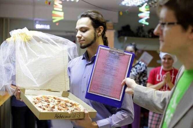 Jovem se casa com pizza depois de perceber que amor pela comida é maior que tudo