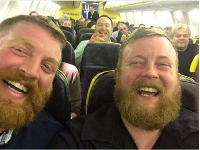 Passageiro de avião leva susto ao perceber estar sentado ao lado de homem idêntico a ele