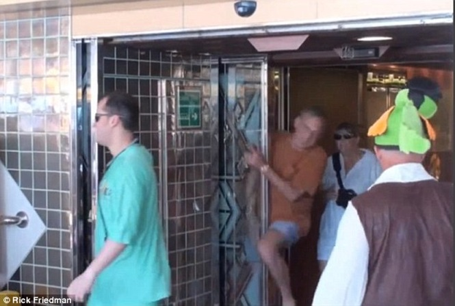 Homem ganha 84 milhões de reais em indenização após ser atingido por porta automática