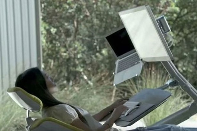 Mesa de escritório inovadora pode permitir que você trabalhe deitado