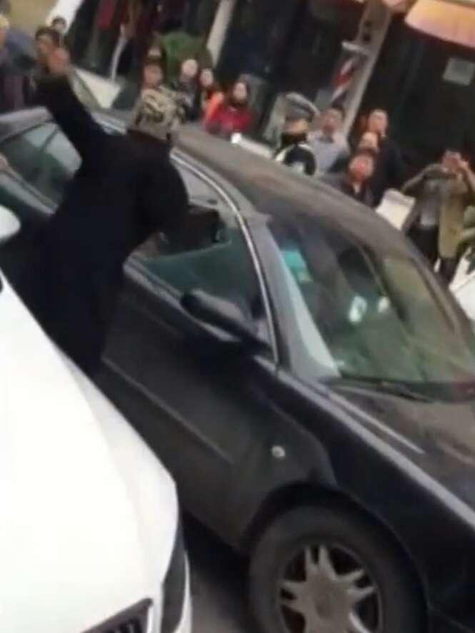 Traída vê marido com amante e destrói veículo enquanto casal estava dentro do carro