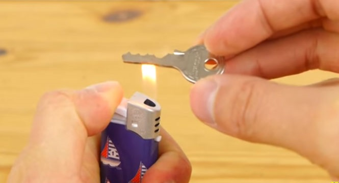 Como fazer cópia de uma chave usando materiais encontrados dentro de casa?