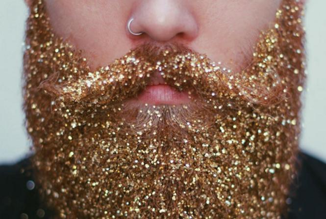 Homens pintam barba com glíter em nova mania para comemorar o Natal