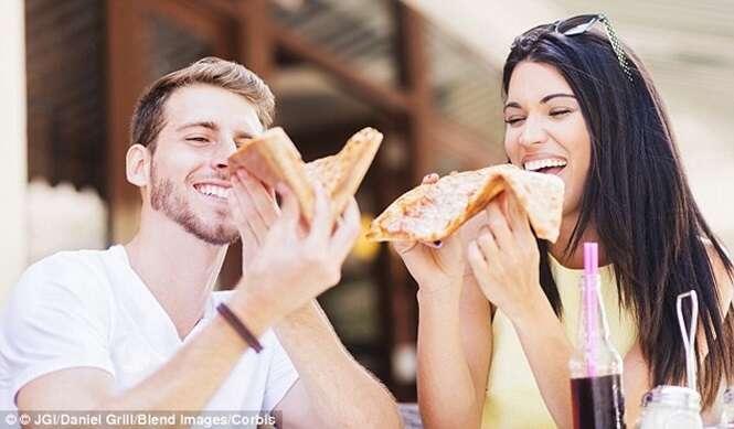 Homens comem cerca de 90% mais quando saem com mulheres que querem impressionar