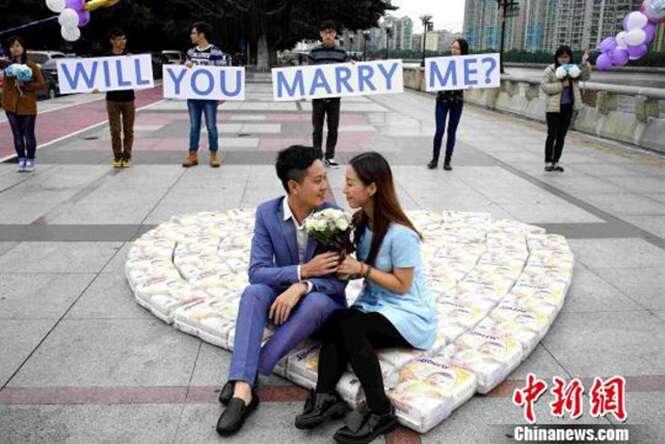 Homem pede namorada em casamento fazendo enorme coração de fraldas