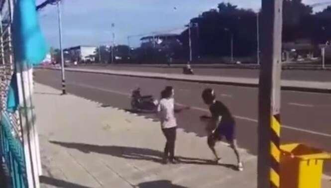 Assaltante rouba bolsa de mulher e ela dá o troco levando moto do desastrado bandido