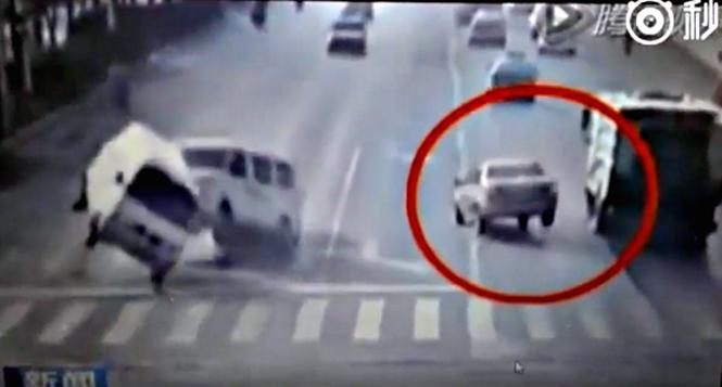 Carros levitam em misterioso acidente na China