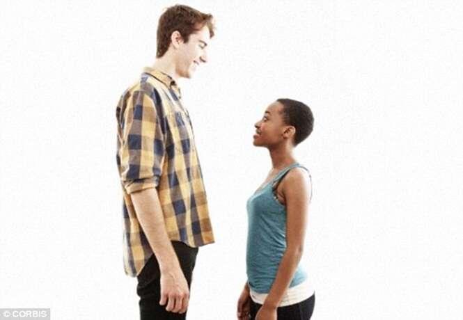 Mulheres são mais felizes quando se envolvem em relacionamento com grande diferença de altura