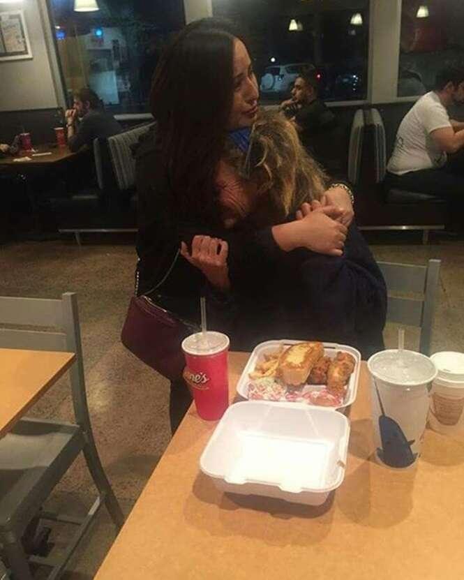 Idosa moradora de rua entra em restaurante pedindo restos de comida, ganha refeição completa de cliente e chora de emoção