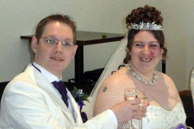 Mulher é forçada pelo noivo a caminhar até altar exibindo mancha no dia de seu casamento