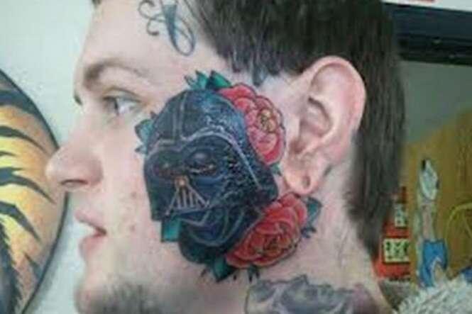 Pessoas demonstrando em tatuagens que são fãs de Star Wars
