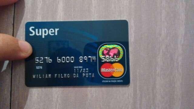Homem recebe cartão de crédito com xingamento impresso no lugar de seu sobrenome