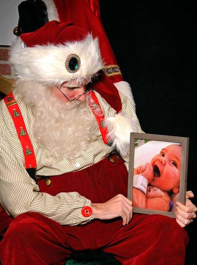 Papai Noel vive momento comovente após pai de bebê falecido pedir para que ele tirasse foto ao lado da imagem da criança