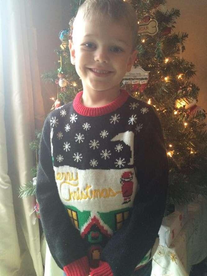 Mãe comete gafe ao enviar filho para a escola vestido com blusa bizarra de Natal
