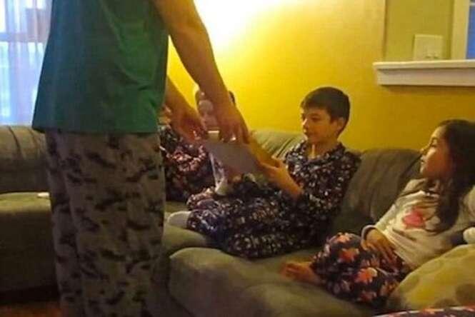Vídeo comovente mostra momento em que três crianças abrem presente e descobrem que estavam sendo adotadas