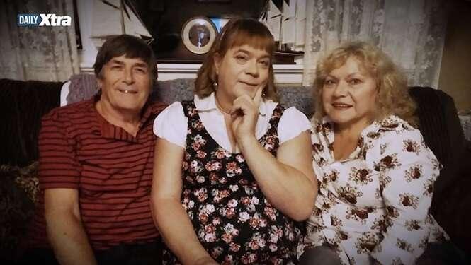 Homem de 52 anos abandona esposa e sete filhos, começa a viver como uma menina de 6 anos e é adotada