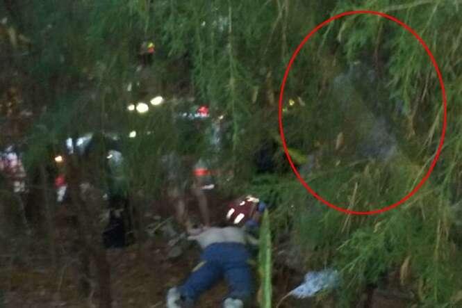Família vê anjo da guarda ajoelhado próximo à vítima de acidente de carro
