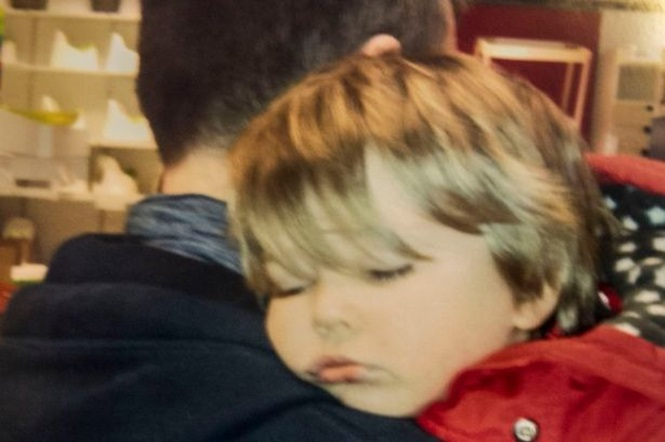 Foto comovente marca início da luta de menino de 3 anos contra o câncer