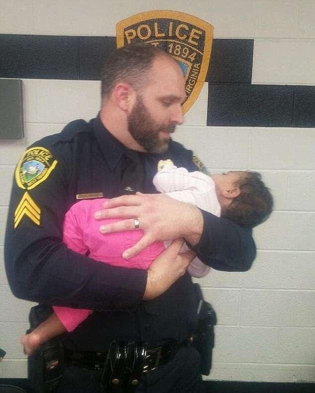Policial embala bebê que ajudou a resgatar após mãe e mulher que cuidava da criança serem presas