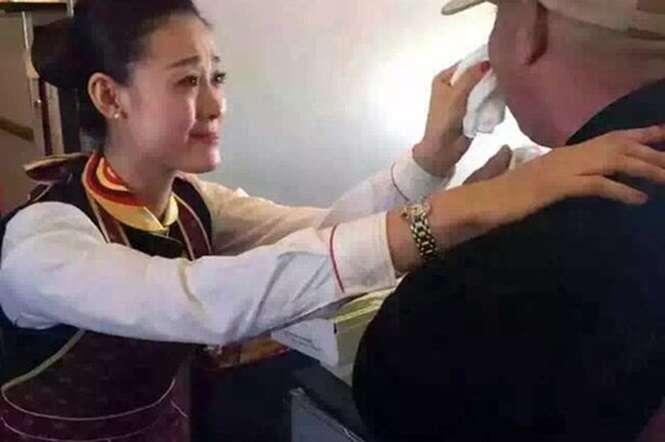 Deficiente chora ao ser alimentado por aeromoça durante voo e imagem comove o mundo