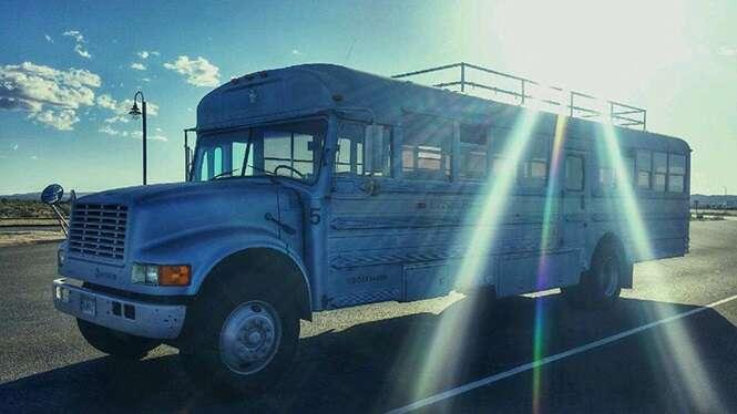 Pai e filho convertem ônibus escolar em casa dos sonhos