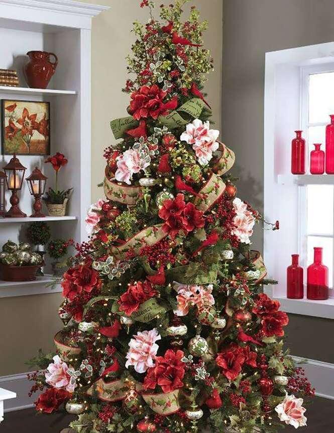 Lindas árvores de Natal decoradas com flores
