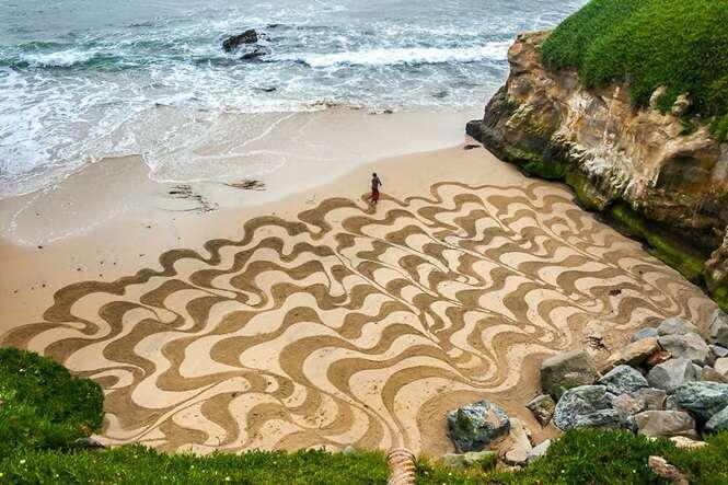 Artista abandona emprego e passa 10 anos criando arte na areia