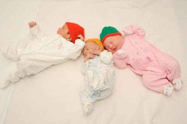 Bebês recém nascidos são fotografados com chapéus que salvaram suas vidas