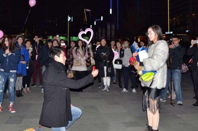 Homem é abandonado de joelhos durante proposta de casamento