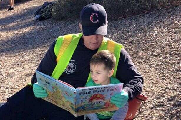 Bombeiro lê livro para confortar criança que assistia resgate de mãe e irmã em acidente