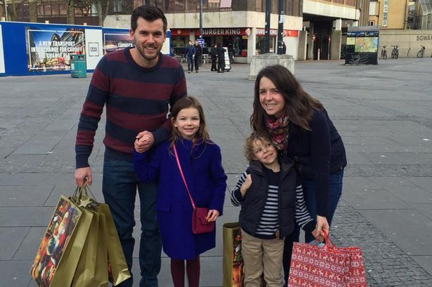 Família cheia de presentes de Natal surpreende policial