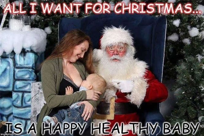 Mulher causa polêmica após postar para foto com Papai Noel enquanto alimentava seu bebê
