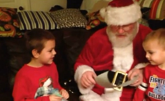Vídeo emocionante mostra momento em que papai Noel lê carta para três crianças dizendo que elas estavam sendo adotadas