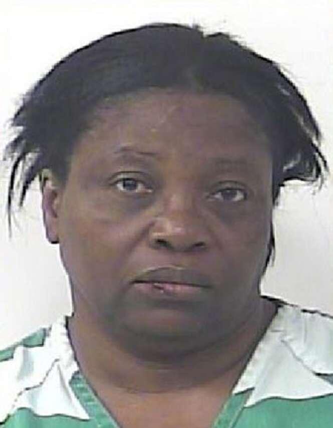Mulher é presa após atacar marido porque homem não parava de peidar na cama
