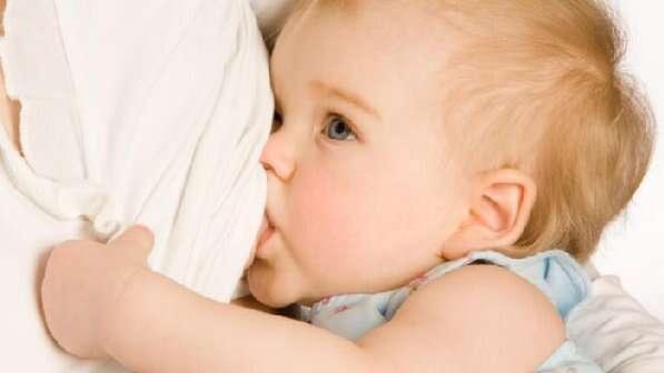 Bebê amamentando
