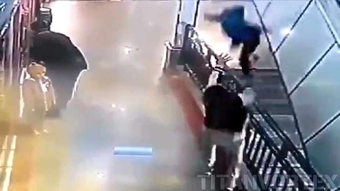 Vídeo de arrepiar mostra herói salvando menino instantes depois de criança cair de escada rolante