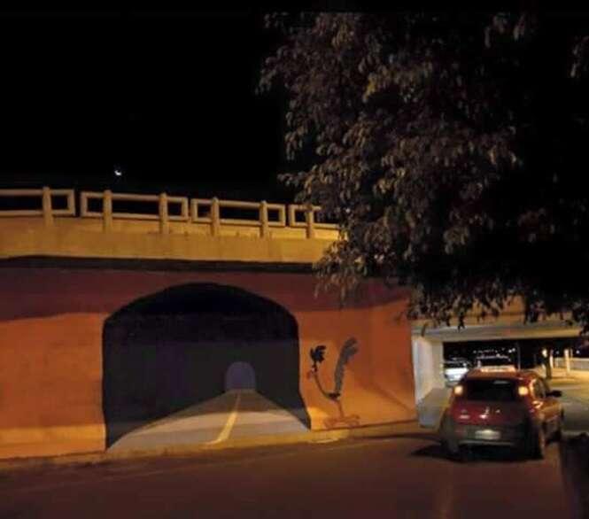 Motorista distraído destrói carro ao confundir pintura com túnel