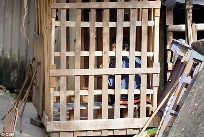 Mulher é obrigada a viver em gaiola construída pelo marido