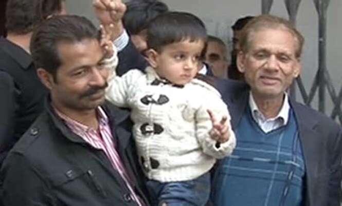 Menino de três anos é acusado de falsificação de documentos e roubo de propriedade no Paquistão