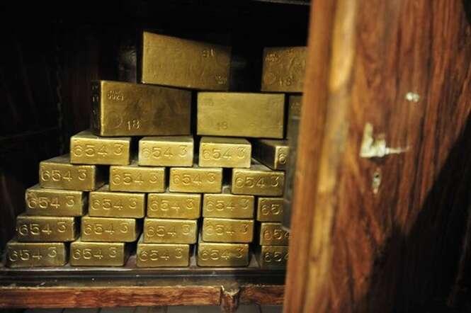 Homem é preso em aeroporto após tentar contrabandear barras de ouro através de seu ânus