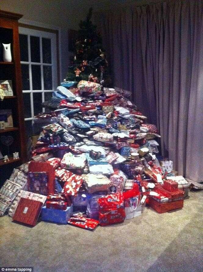 Mulher causa polêmica ao postar foto exibindo sua árvore de Natal com 300 presentes